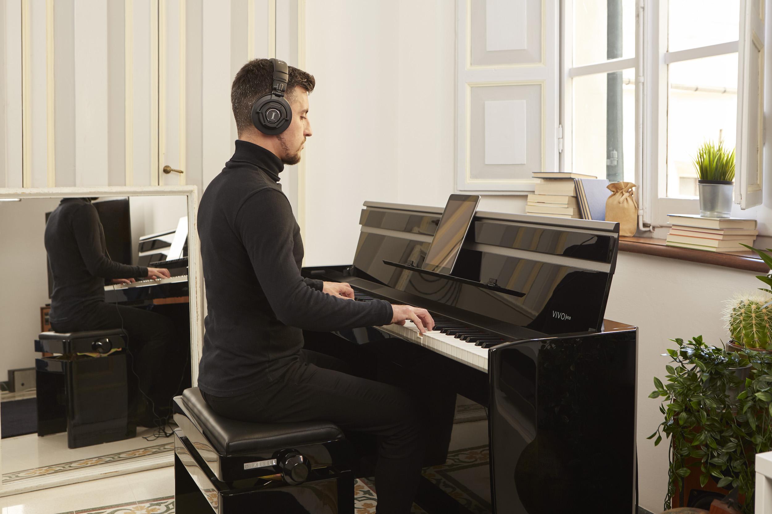 H10 nero ambientato con pianista